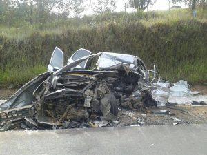 Acidente deixa motorista do carro morto em Caldas, no sul de Minas (Foto: Divulgação / Polícia Rodoviária Federal)