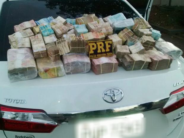 PRF encontra R$1 milhão em dinheiro (Foto: PRF/Divulgação)