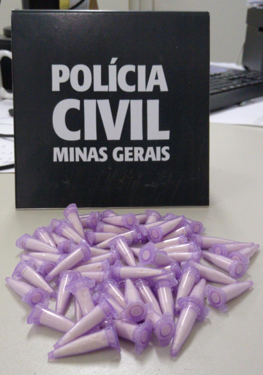 Polícia apreende 60 pinos de cocaína e dinheiro do tráfico em Alfenas - Foto: Divulgação/PCMG