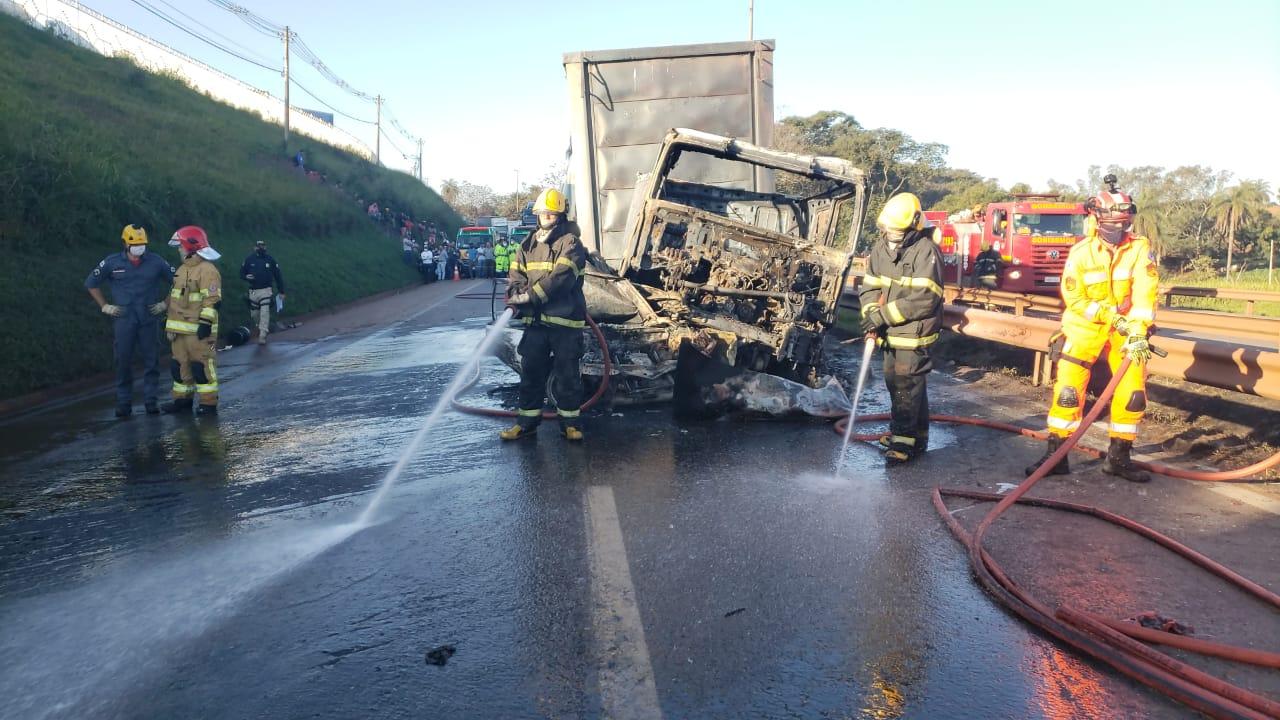 Duas pessoas morrem carbonizadas em acidente na Fernão Dias, em Betim - Foto: Divulgação/Corpo de Bombeiros