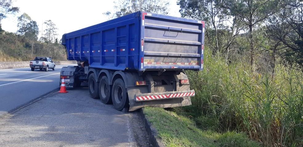 Homem morre atropelado pela própria carreta na BR-040, em Barbacena - Foto: PRF/Divulgação