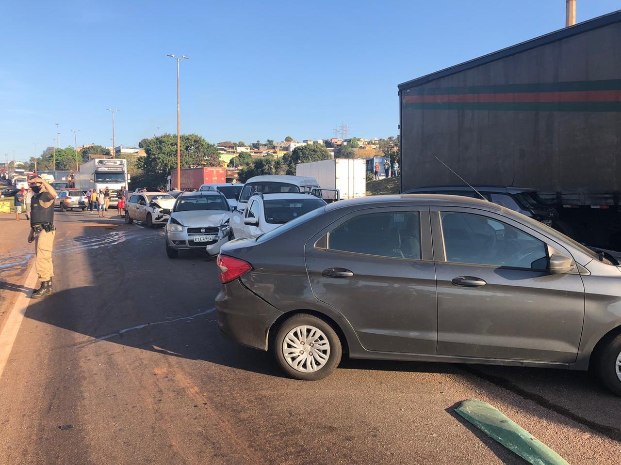 Vídeo mostra grave acidente com carreta desgovernada atingido 17 carros no Anel Rodoviário, em BH - Foto: Divulgação/Corpo de Bombeiros