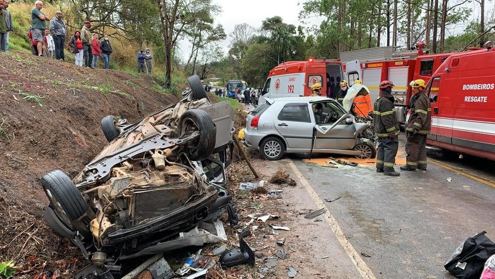 Jovem morrem em acidente envolvendo dois carros em Juiz de Fora - Foto: Corpo de Bombeiros/Divulgação