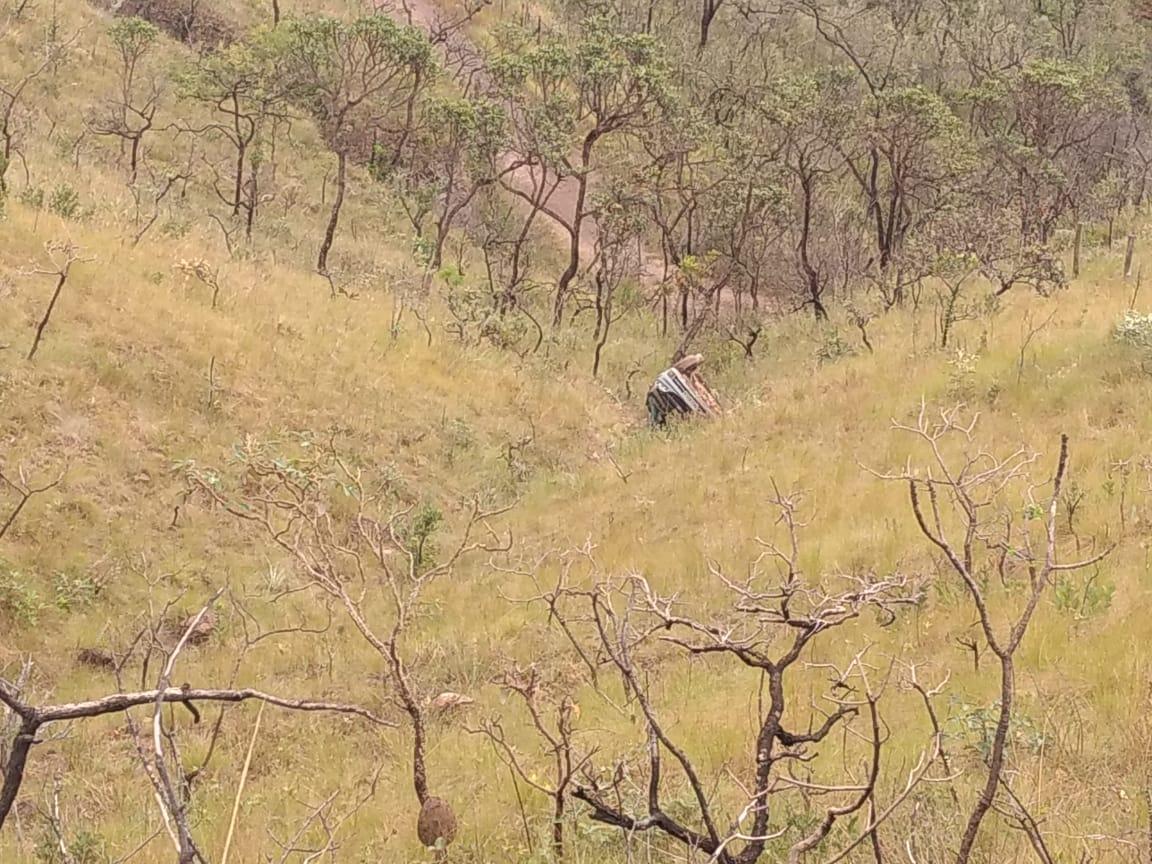 Motorista morre após carro capota e cai em ribanceira em Sabará - Foto: Divulgação/Corpo de Bombeiros