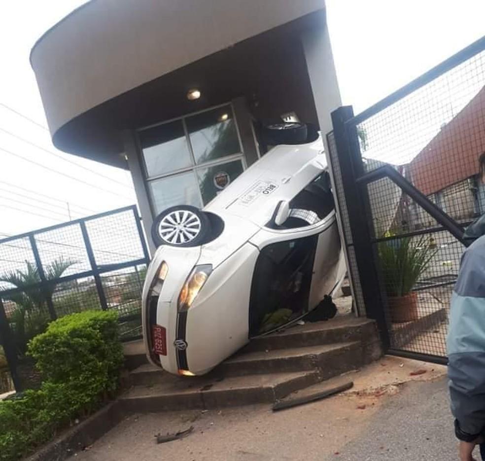 Carro fica preso em guarita após capotar em Ribeirão das Neves - Foto: Divulgação/Corpo de Bombeiros