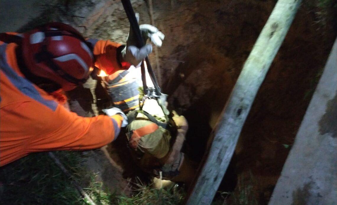 Homem é resgatado de fossa de 20 metros após resgate de duas horas em Ribeirão das Neves - Foto: Divulgação/Corpo de Bombeiros