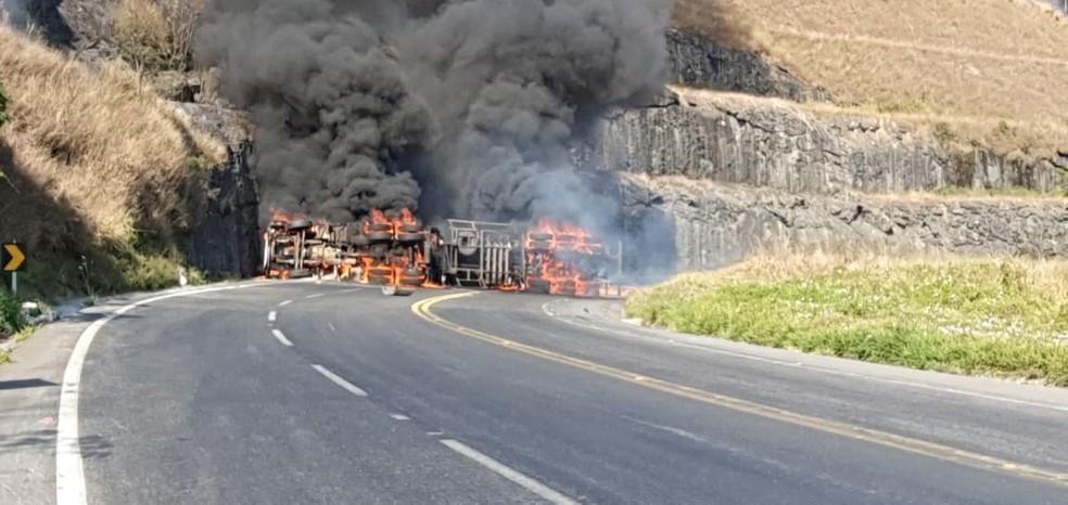 Corpo de motorista é identificado após grave acidente com caminhão-tanque na BR-265 em Barbacena - Foto: Corpo de Bombeiros/Divulgação