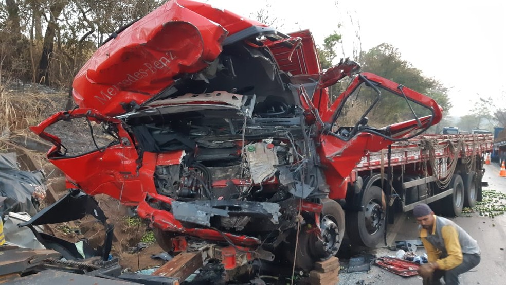 Batida frontal entre caminhão e van deixa 12 mortos na BR-365, em Patos de Minas - Foto: Polícia Rodoviária Federal/Divulgação
