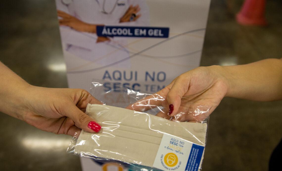 Máscaras confeccionadas pela Apac são distribuídas no metrô de BH - Foto: Divulgaçãp/Tarcisio de Paula