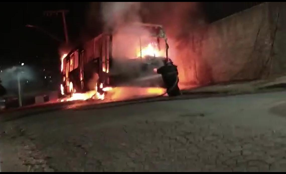Incêndio a coletivo da linha 5502C (Pousada Santo Antonio) na última quarta-feira (9) - Foto: Divulgação/Bombeiros