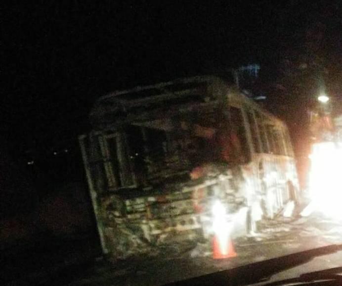 Ônibus é incendiado por criminosos no bairro Jardim Felicidade, na Região Norte de BH - Foto: Reprodução/Redes Sociais