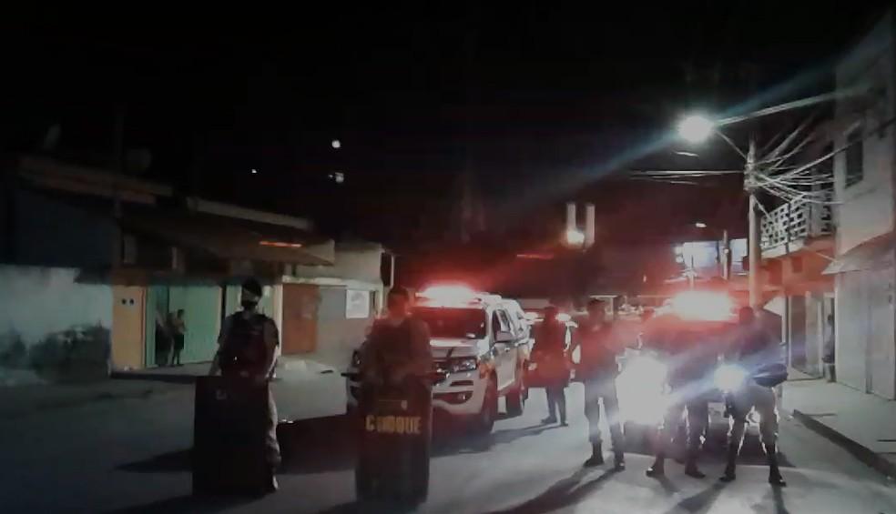 Ônibus é incendiado por criminosos próximo da Penitenciária Nelson Hungria em Contagem - Foto: Reprodução/Redes Sociais