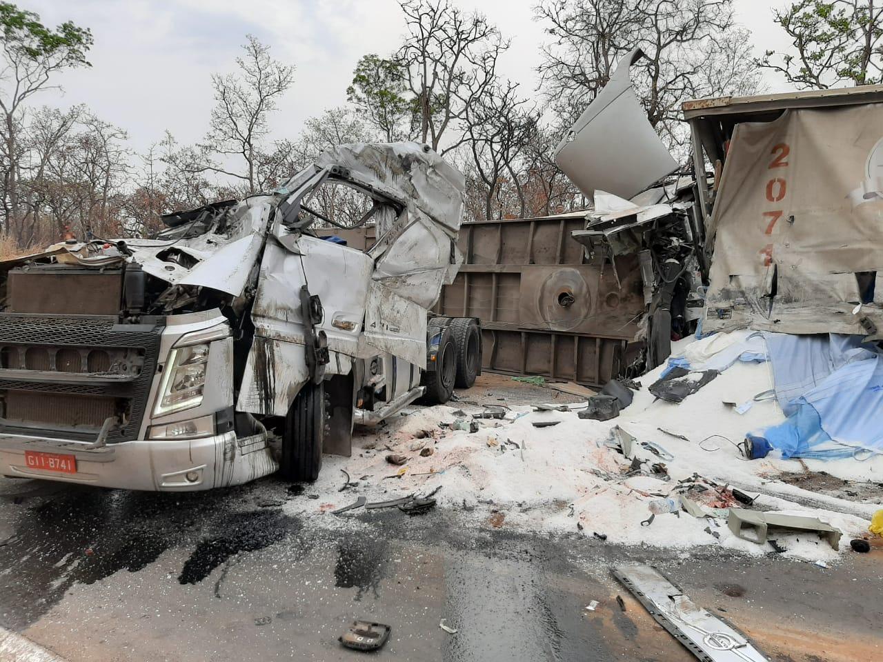 Motoristas de duas carretas morrem após batida de frente na BR-365, em Montes Claros - Foto: Divulgação/CBMMG
