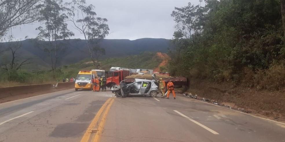 Uma pessoa morre e três ficam feridas em acidente na BR-040, em Itabirito - Foto: PRF/Divulgação