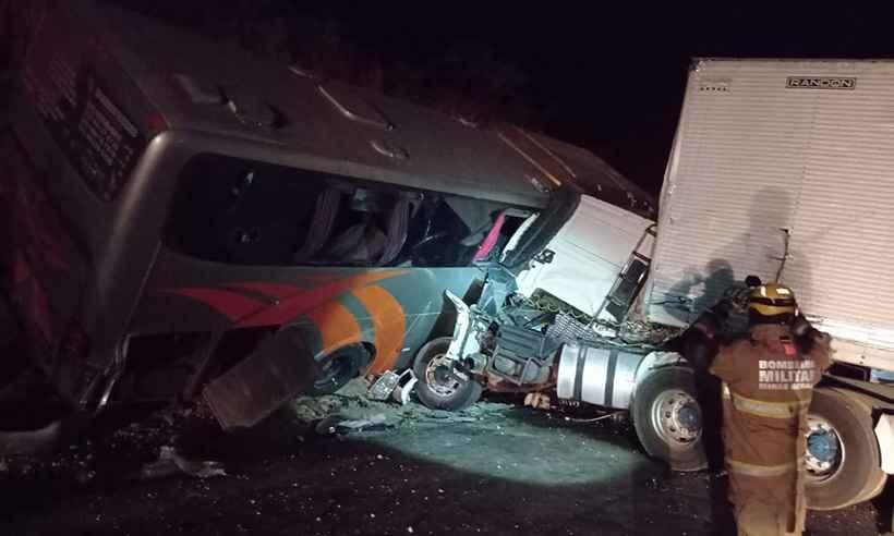 Acidente entre ônibus e caminhão deixa 45 feridos na BR–251, em Francisco Sá, no Norte de Minas - Foto: Divulgação/CBMMG