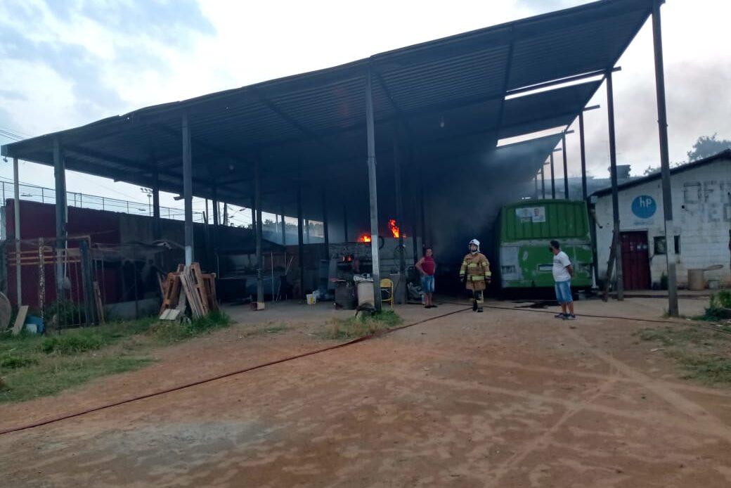 Cinco veículos ficam destruído após incêndio atingir galpão em Contagem - Foto: Reprodução/Redes Sociais