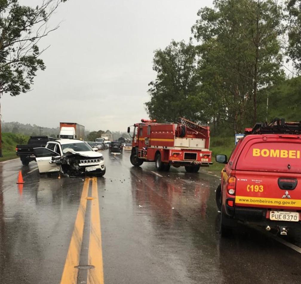 Seis pessoas ficam feridas em acidente na BR-040, em Conselheiro Lafaiete - Foto: Corpo de Bombeiros/Divulgação