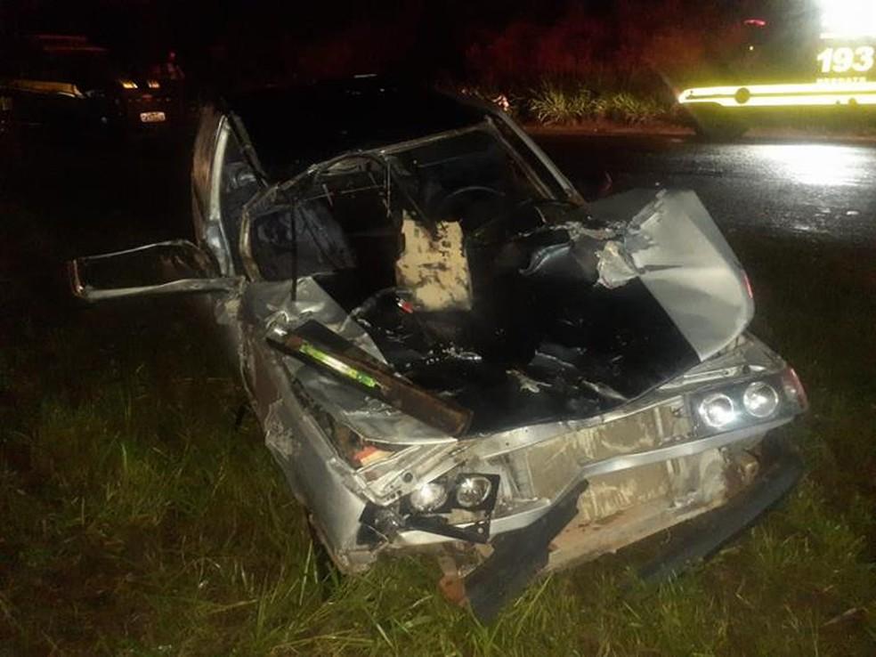 Três pessoas ficam feridas após acidente entre carro e vaca na BR-116, em Muriaé - Foto: Divulgação/Corpo de Bombeiros
