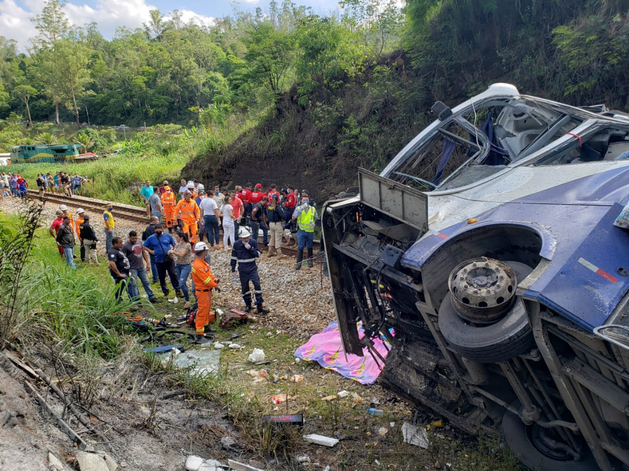 Bombeiros fizeram o resgate das vítimas junto com PRF e ambulâncias locais - Foto: Divulgação/Corpo de Bombeiros