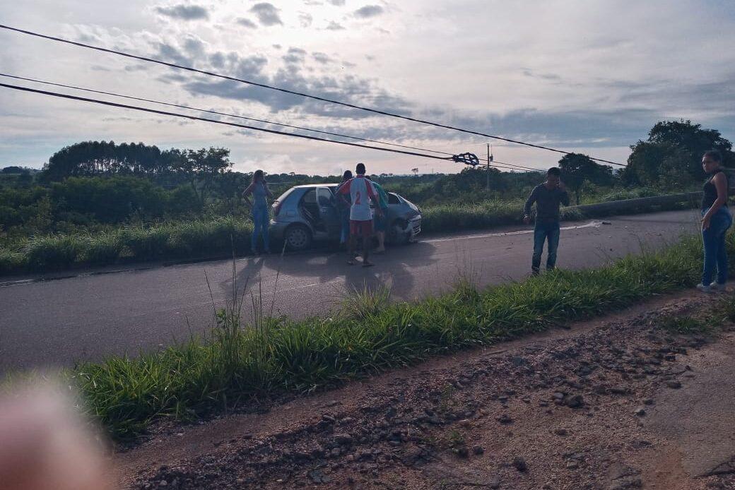 Mulher fica ferida após carro bater contra poste em Sete Lagoas - Foto: Divulgação/Corpo de Bombeiros
