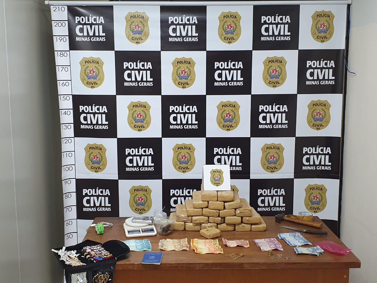 Polícia Civil prende casal com 23 tabletes de maconha em Extrema - Foto: Divulgação/PCMG