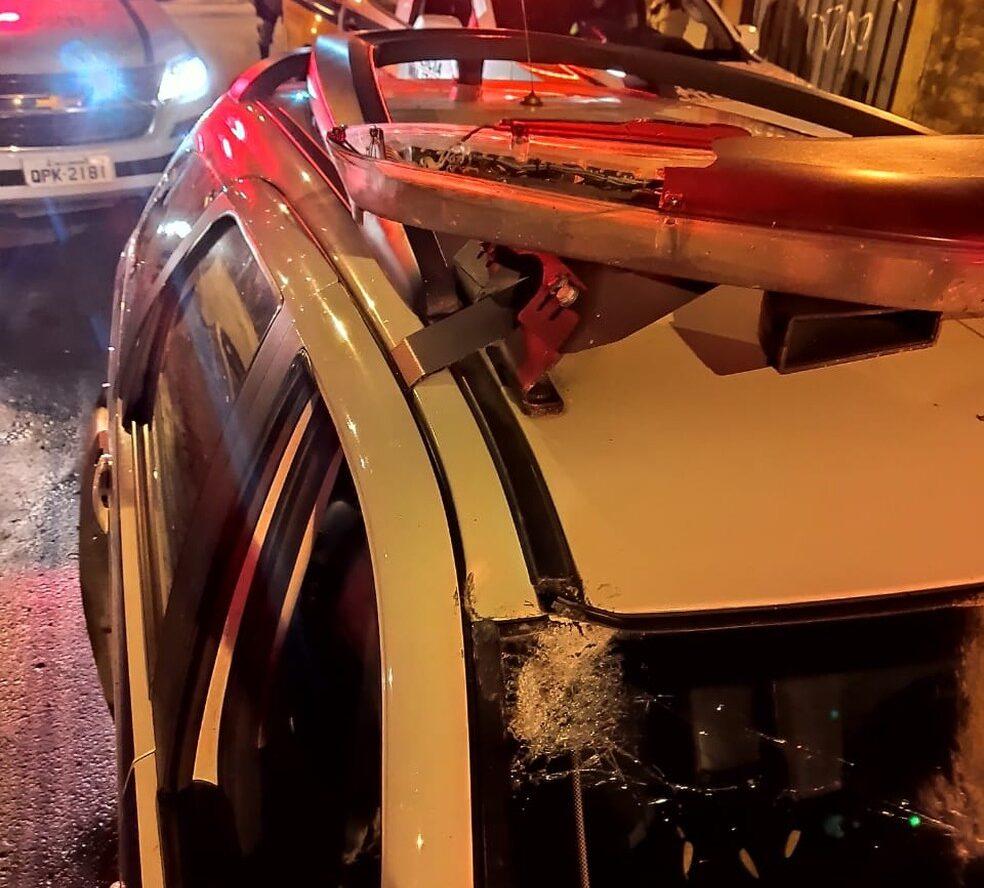 Cabo da PM fica ferido após viatura ser apedrejada por grupo em Santa Luzia - Foto: Polícia Militar/Divulgação