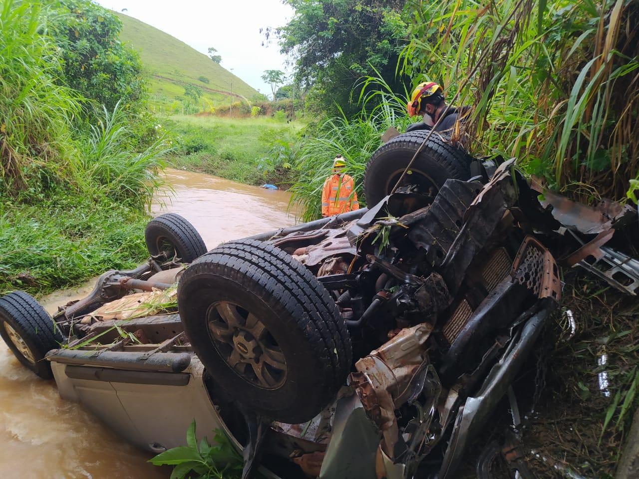 Mulher morre e quatro pessoas ficam feridas em acidente na BR-267 entre Maripá de Minas e Bicas - Foto: Divulgação/Corpo de Bombeiros
