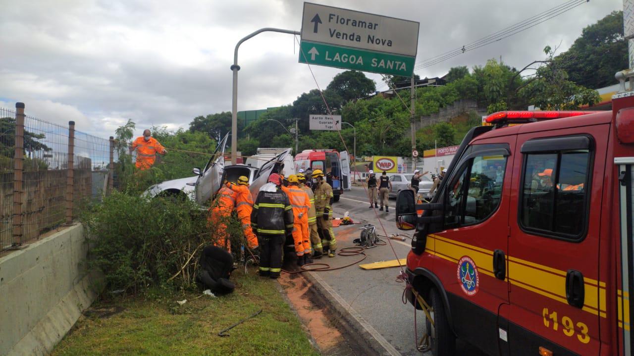 Seis pessoas ficam feridas após carro bater em poste na Avenida Cristiano Machado, em BH - Foto: Divulgação/Corpo de Bombeiros