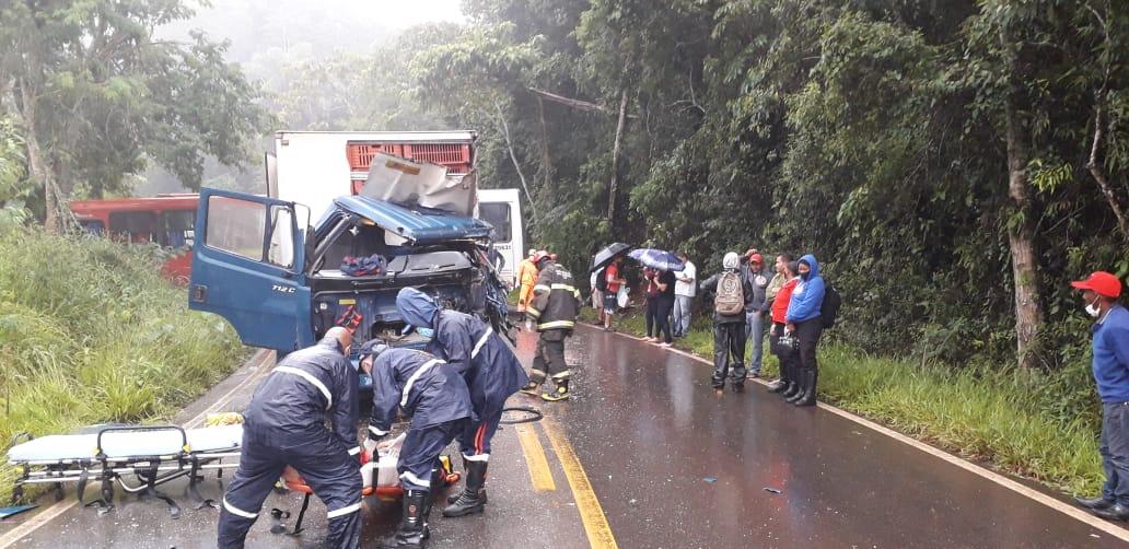 Acidente entre ônibus e caminhão deixa duas pessoas feridas, em Caeté - Foto: Divulgação/Corpo de Bombeiros