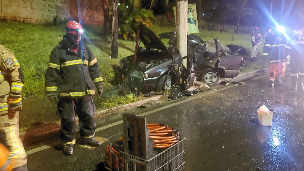 Duas pessoas morrem após bater em poste na Via Expressa de Contagem - Foto: Divulgação/Corpo de Bombeiros