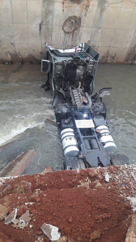 Caminhão cai no Ribeirão Arrudas, na Região Oeste de Belo Horizonte - Foto: Reprodução/Redes Sociais