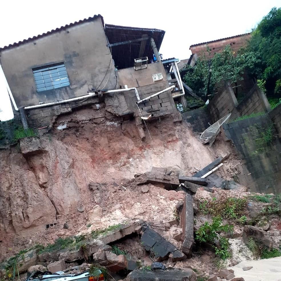 Desmoronamento de terra - Foto: Redes Sociais/Defesa Civil de Minas Gerais