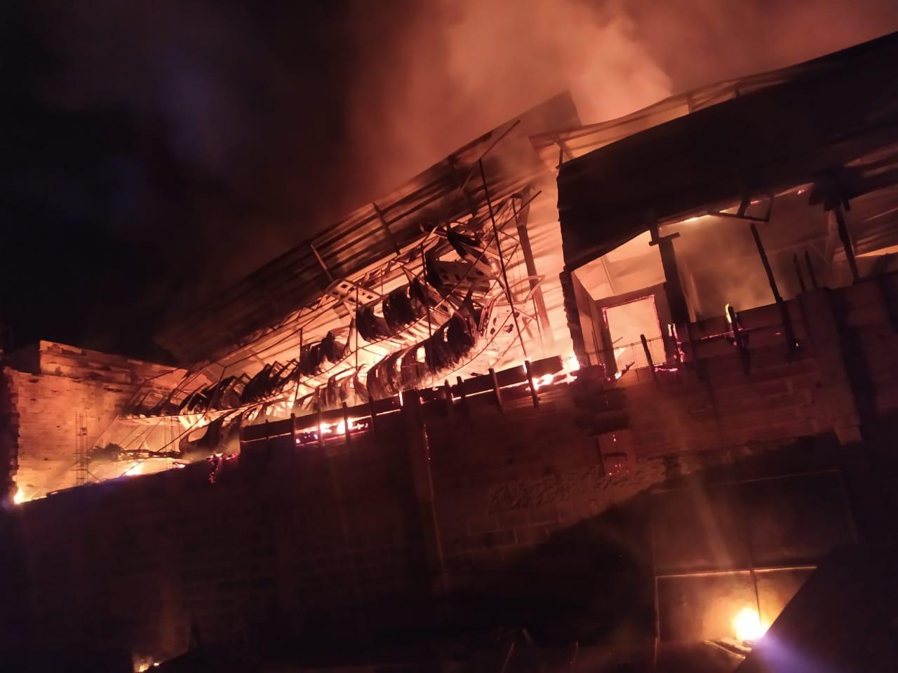 Incêndio de grandes proporções destrói ferro-velho em Divinópolis - Foto: Divulgação/Corpo de Bombeiros