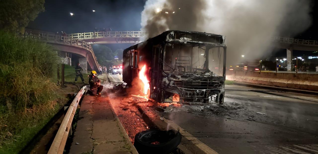 Ônibus coletivo pega fogo e fecha Anel Rodoviário em Belo Horizonte - Foto: Divulgação/Corpo de Bombeiros