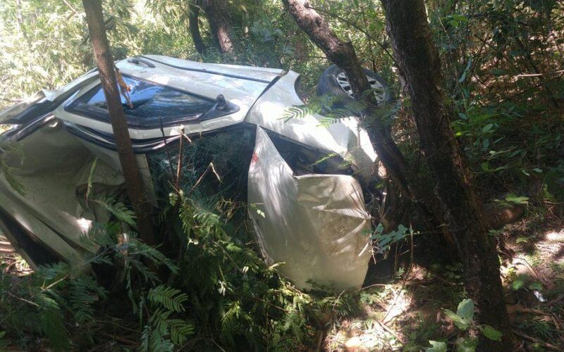 Duas pessoas morrem após carro capotar e cair de ribanceira de 13 metros na MGC-496, em Lassance - Foto: Divulgação/Corpo de Bombeiros