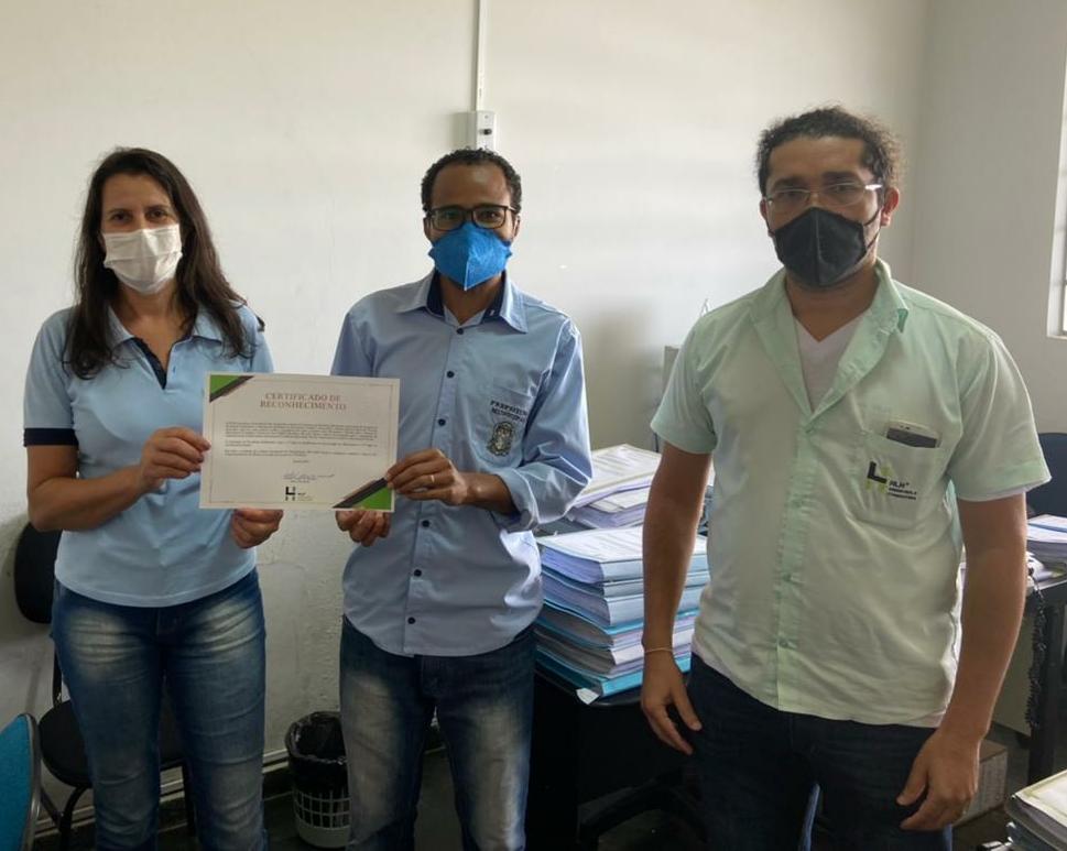 Colaborador da HLH entrega certificado às equipes da prefeitura
