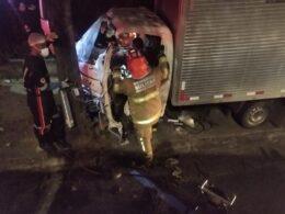 Motorista fica preso às ferragens após caminhão bate em árvore na Av. Antônio Carlos, em BH - Foto: Divulgação/CBMMG