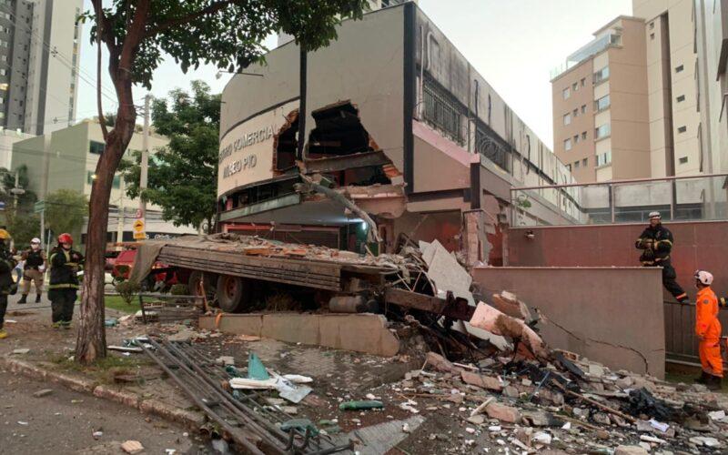 Motorista de caminhão morre após veículo invadir centro comercial no Buritis, em BH - Foto: Divulgação/Corpo de Bombeiros