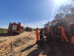 Homem sobrevive a grave acidente entre dois caminhões em Contagem - Foto: Divulgação/Corpo de Bombeiros