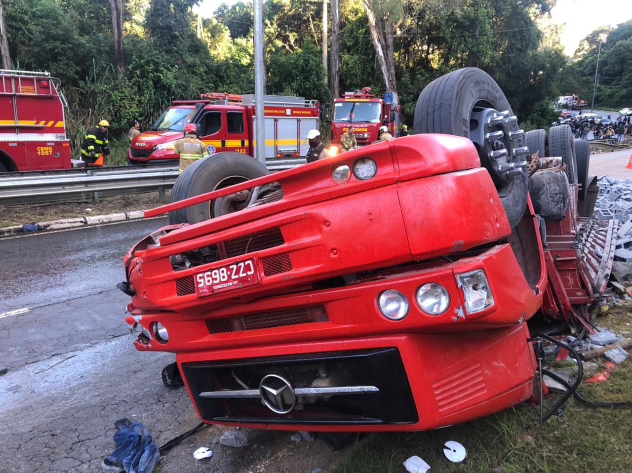 Motorista morre após caminhão capotar na MG-30 em Nova Lima - Foto: Divulgação/Corpo de Bombeiros