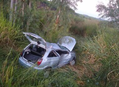 Motorista fica ferido após capota carro na MGC-179, em Alfenas - Foto: Divulgação/Corpo de Bombeiros