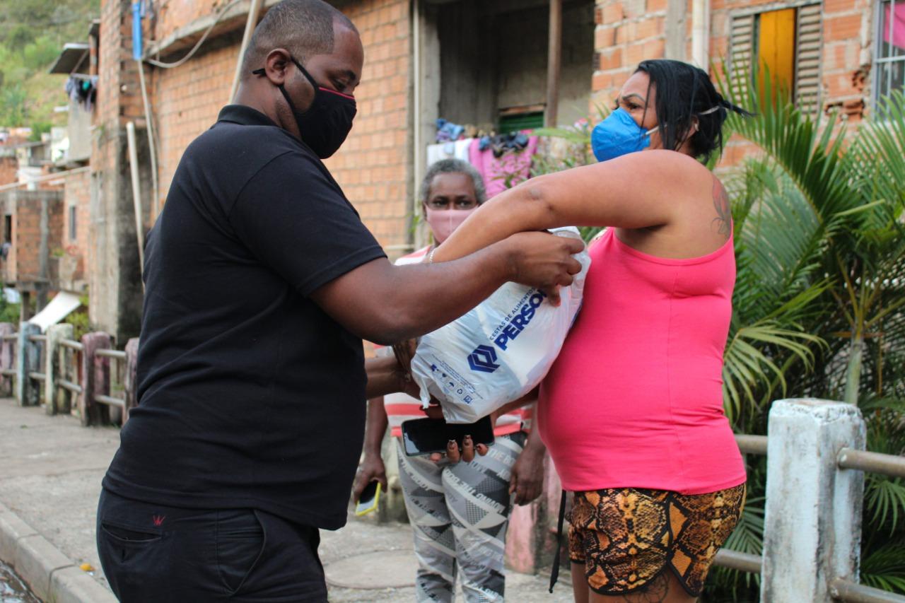 Pessoas recebem doações da Cufa Minas - Foto: Divulgação/Cufa Minas