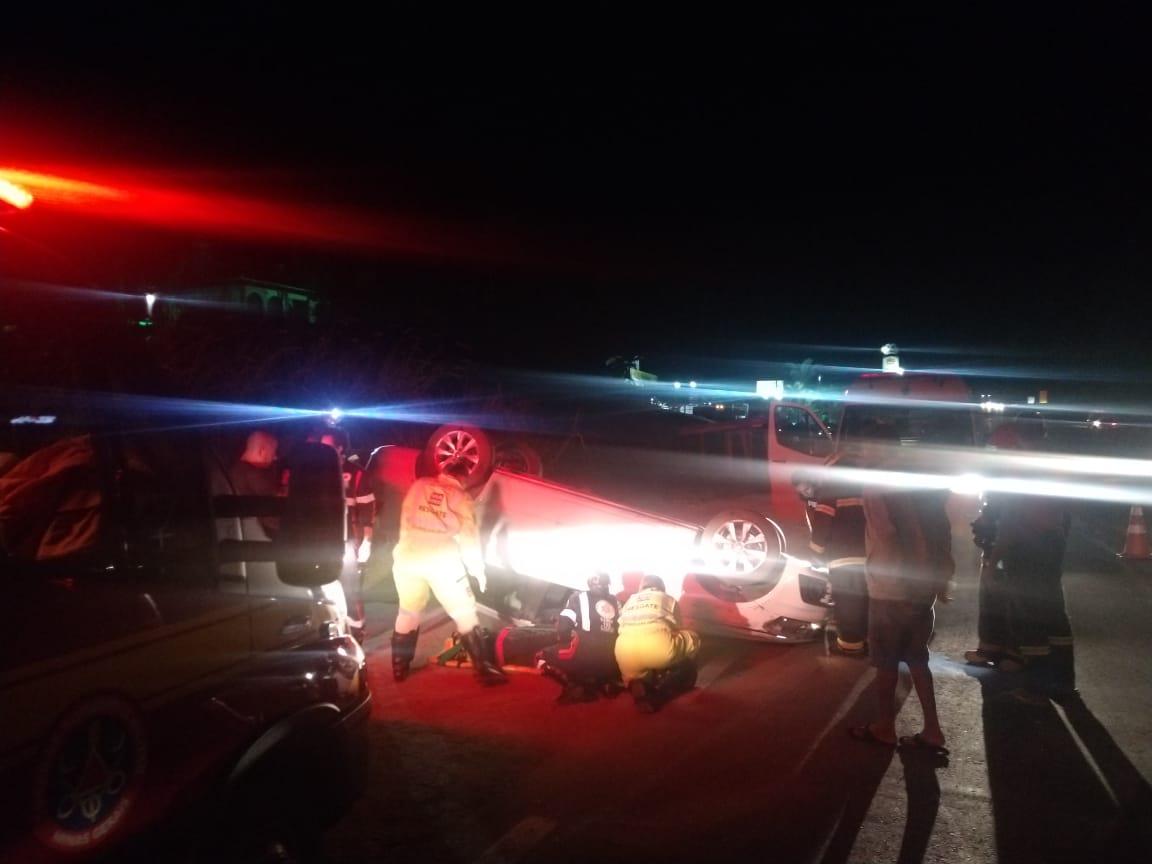 Homem fica ferido após carro capotar na BR-040, em Barbacena - Foto: Divulgação/Corpo de Bombeiros