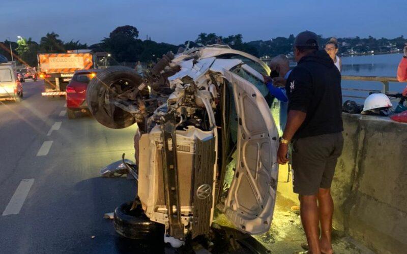Motorista fica ferido após carro ser atingido por carreta na Pampulha, em BH - Foto: Divulgação/Corpo de Bombeiros