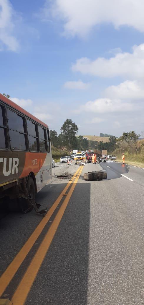 Mulher morre em acidente entre carro e ônibus na BR-040, em Alfredo Vasconcelos - Foto: Divulgação/Corpo de Bombeiros