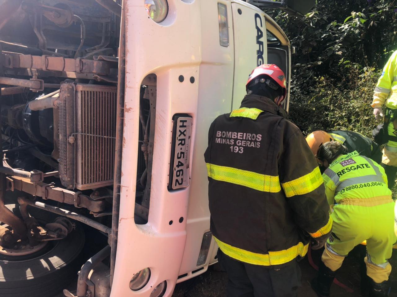 Motorista fica feriado após carreta tombar na BR-040 em Nova Lima - Foto: Divulgação/Corpo de Bombeiros