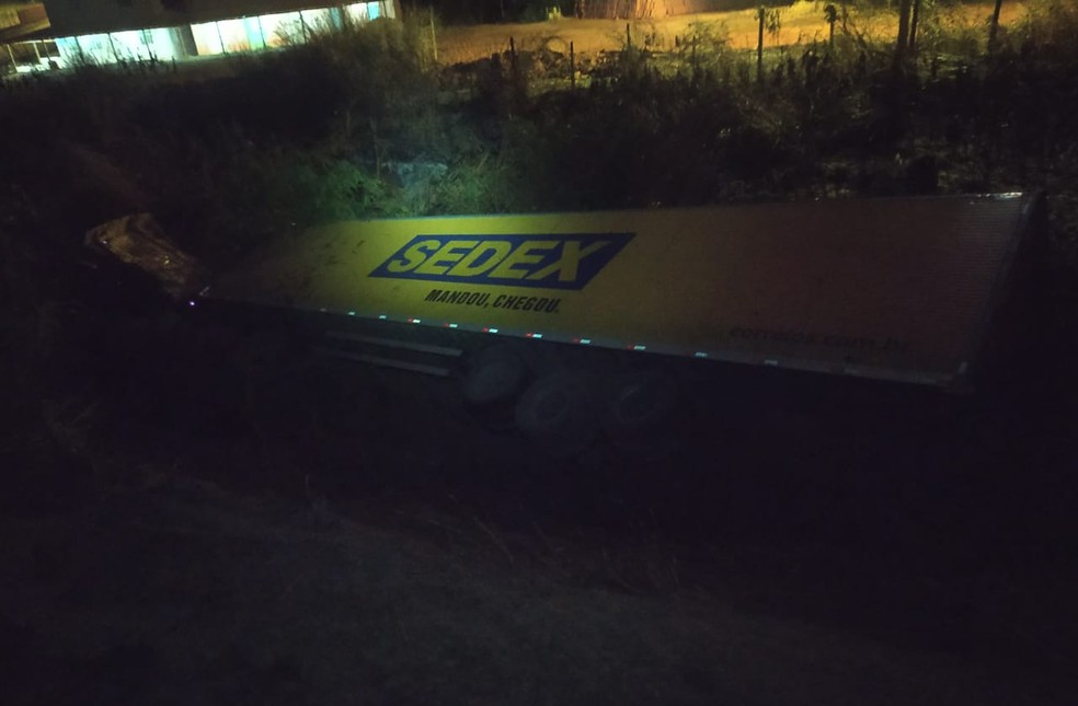 Duas pessoas morrem em acidente entre carro e carreta dos Correios na BR-251, em Salinas - Foto: Corpo de Bombeiros/Divulgação