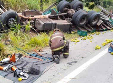 Jovem morre após caminhão capotar na BR-267, em Lima Duarte - Foto: Corpo de Bombeiros/Divulgação