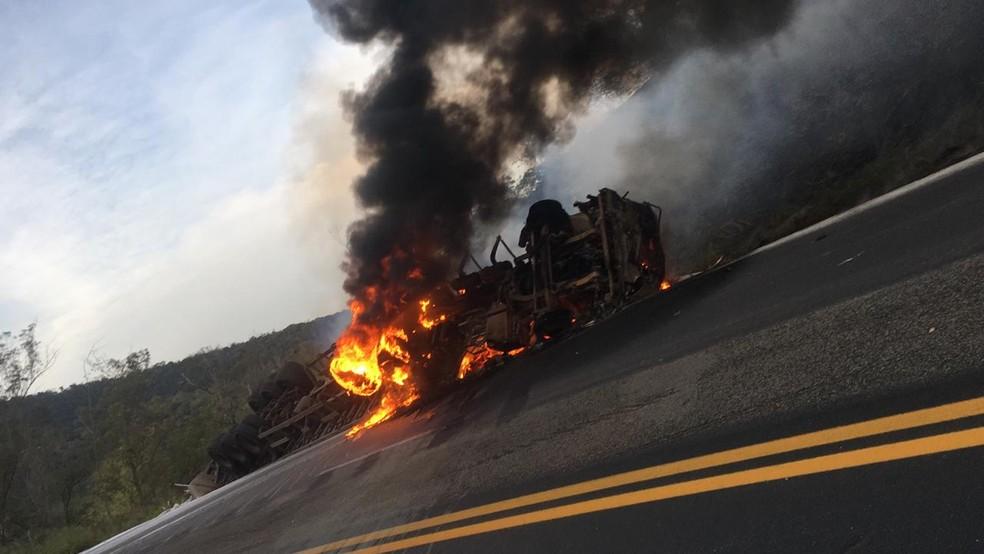 Motorista morre carbonizado após tombar caminhão na BR-381, em João Monlevade - Foto: Corpo de Bombeiros/Divulgação