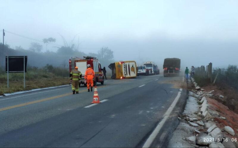 Ônibus capota e deixa 14 pessoas feridas na BR-381, em Nova Era - Foto: Divulgação/Corpo de Bombeiros